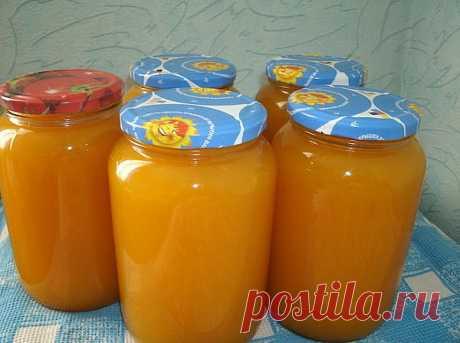 9 литров сока из 4 апельсинов!!!  Не верите? Попробуйте сами!  Сок апельсиновый  Ингредиенты:  - апельсины – 4 шт. - вода – 9 л - сахар – 1кг - лимонная кислота – 30 г  Приготовление:  1.4 апельсина вымыть, обдать кипятком (чтобы снять воск и убрать горечь), насухо вытереть, положить на 2 часа в  морозилку, а лучше на ночь. Порезать и пропустить через мясорубку. Залить получившуюся массу тремя литрами холодной кипяченой воды, дать настояться около 10 минут. 2.Процедить ч...