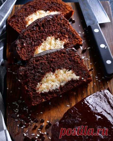 Шоколадный кекс с кокосовой начинкой