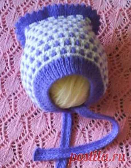 Двухцветная шапочка младенцу, спицами.