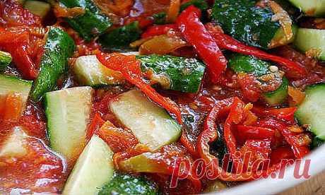 Лечо из огурцов на зиму - невероятно вкусная заготовка! Ингредиенты: Томаты – 1,5 кг.; Перец сладкий – 300 гр.; Огурцы – 2,5 кг.; Морковь – 300 гр.; Масло растительное – 0,5 стакана; Чеснок – 1 головка; Перец чили – 2 стручка; Уксус 9%– 100 мл.; Сахар – 0,5 стакана; Соль – 1 ст. ложка. Приготовление: Помидоры пропустим через мясорубку, желательно отрезав от них твердые места где крепится плодоножка. Так же пропустим через мясорубку горький перец чили и чеснок. Теперь берем...
