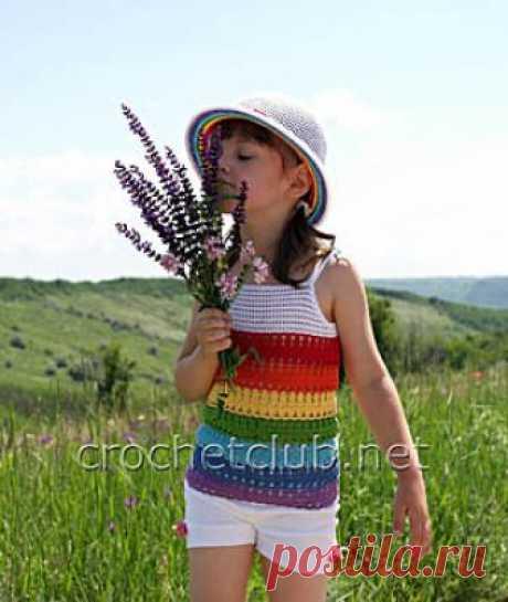 Комплект крючком «Радужный колокольчик» Вязаный крючком авторский комплект радужного цвета из шляпки и топа для пятилетней девочки. Бесплатные схемы и описание вязания яркого летнего комплекта из хлопка.