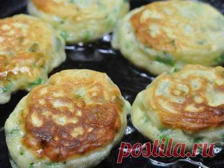 Ленивые пирожки с яйцом и зелёным луком «Ленивые» пирожки с яйцом и зелёным-луком отличный вариант быстрого и сытного завтрака для всей семьи. Готовятся просто, из доступных всем продуктов.