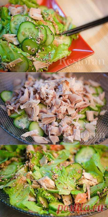 Рецепт салата с копченой курицей. И снова китайская кухня. Наипростейший салат за 15 минут. Сгодится и как закуска, и как основное блюдо на легкий ужин. Копченую курицу можно заменить вареной или запеченной.