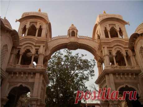 Арка Входа В Храм Кришна-Баларам-Мандир.