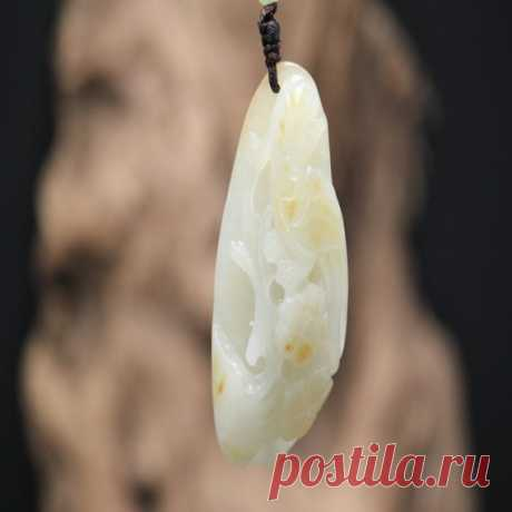 Natural Hetian jade seed material / magpie pendant / jade plum plum pendant /Natural jade necklace Hetian jade seed material is located in the Kunlun Mountains, at an altitude of over 3,500 meters. Hetian Yu Yuanshi has long been stripped into unequal blocks by natural geological movements and glacier movements. Hetian jade tablets flow into the river in the rain and snow, and enter the water