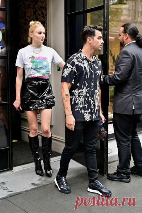 Софи Тернер и Джо Джонас одеваются как модные подростки Фото: Getty ImagesЗвёздная пара Софи Тернер и Джо Джонас прекрасно разбираются в эстетике подростковой моды нулевых. На днях они совершили очередной