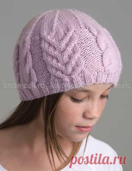 Простая в вязании шапка с узором из жгутов, выполненная вязанием рядами на спицах