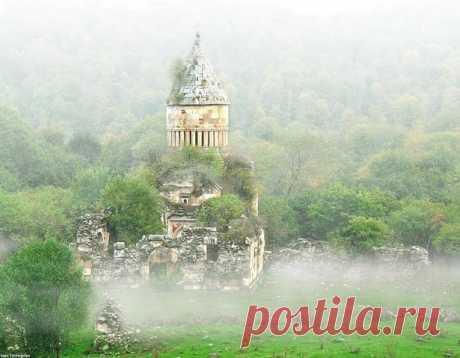 Խորակերտի Վանք, Ջիլիզա, Հայաստան  Խորակերտի վանք, 13-րդ դարի ճարտարապետական հուշարձանախումբը գտնվում է ՀՀ Լոռու մարզի Ջիլիզա գյուղից 3 կմ. արևմուտք, Լալվար լեռան անտառախիտ ստորոտին: Համալիրը բաղկացած է եկեղեցուց, գավթից, սեղանատնից (ներկայումս քանդված) և մատուռներից:  Շրջակայքի հնագույն շինությունների հետքերը թույլ են տալիս ենթադրել, որ այդտեղ է եղել Խորակերտ կամ Խոռակերտ քաղաքը, որի հիմնադրումը Վարդան պատմիչը վերագրում է Հայկի որդի Խոռին։