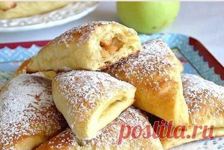 Духовые треугольные пирожки с творогом и яблоками