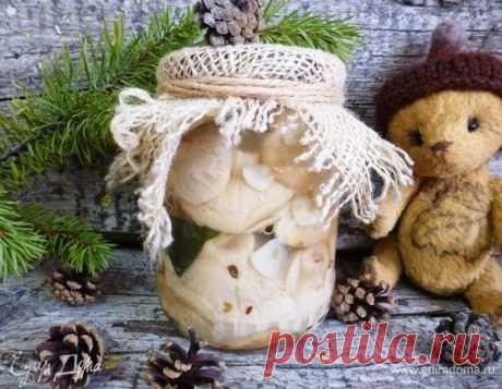 Соленые грузди. Ингредиенты: грибы свежие, чеснок, лавровый лист