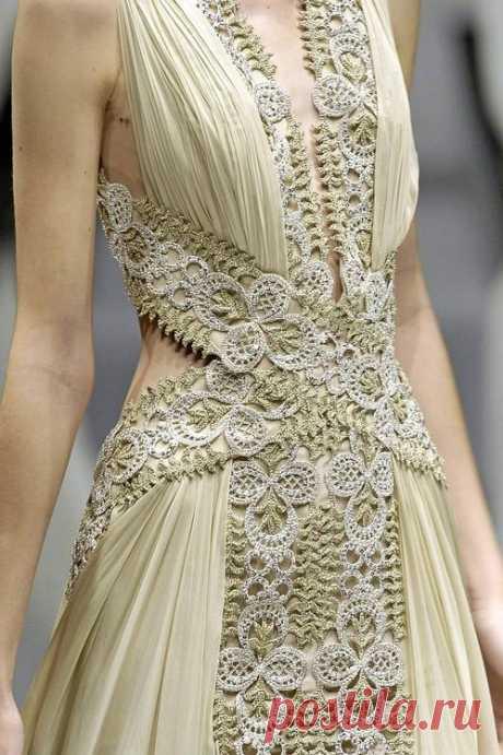 Эффектные сочетания в одежде: ажурное вязание и ткань