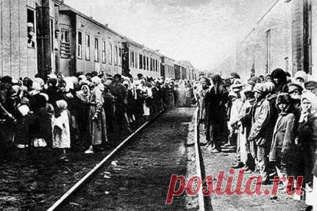 За что в 1935 году из Ленинграда выселили 39660 человек Как вспоминали ленинградцы, в 1935 году коммунальные квартиры в Северной столице опустели. Комнаты опечатали, а их хозяев бросили за решетку или выслали из города. Всего, по данным историков, тогда из Ленинграда было выселено 39660 человек. Все они образовали так называемый «кировский поток».