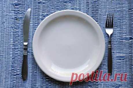 Сухое голодание: омолаживающий эффект 1. При сухом голодании организм поставлен в более жёсткие условия, он должен перестроится таким образом, чтобы «добывать» не только пищевые вещества, но и воду Ткани организма расщепляются ещё более б…