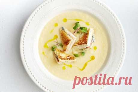 Cauliflower soup with blue cheese and ham sandwich croutons