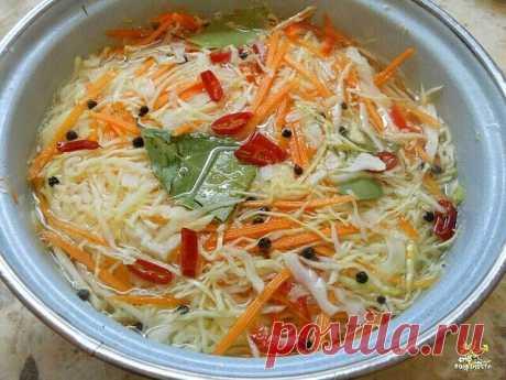 Остренькая капуста быстрого приготовления.   Итак, нашинковать 2 кг свежей капусты, натереть 3-4 морковки на крупной терке,4 зубчика крупного зимнего чеснока порезать.  Залить маринадом немного остывшим: на 1 литр воды - 1/2 стакана сахара,2ст.л крупной соли с горкой, 10 штучек перца горошком, 5 гвоздичек, 4 шт. лаврового листа - прокипятить 10 минут, добавить 1/2 стакана растительного масла и 1/2 стакана 9% уксуса.  Придавить гнетом до полного остывания, переложить в 3-х ...