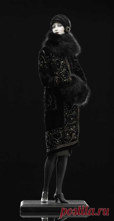Ольга.Фарфор бисквит. Натуральный шелковый панбархат, антикварная золотая и бархатная тесьма. Ручная роспись по ткани золотом и расклейка бисером. Натуральный мех – норка. Обувь и перчатки изготовлены из натуральной кожи кенгуру. Шляпка изготовлена вручную по специальному заказу и золотой тафты и украшена антикварной пуговицей. Ручная роспись. 58,5 см, серия 4.
