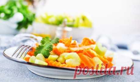 Лёгкий салат из стеблевого сельдерея и моркови - Лайфхакер