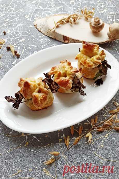 Курица с грибами в мешочках из слоеного теста рецепт с фото пошагово
