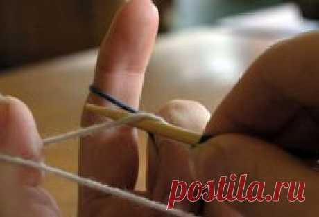 Невидимый набор петель с помощью допольнительной нити. Такой способ пригодиться, если вязание будет идти в двух направлениях. 1) Сделать скользящую петлю на спице из основной нити, которой будете вязать. Держать спицу в правой руке, расположить рабочую нить с одной стороны, а бросовую нить с другой стороны, так как показано на фото. Эти нити держать левой рукой, при этом бросовая нить будет располагаться ближе. Далее начать обвитие спицы основной нитью как для итальянского...