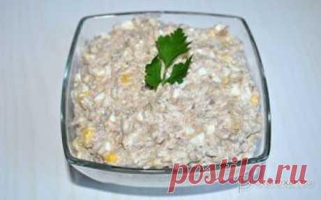 Салат с консервированной рыбой и анчоусами Добавка анчоусов и сладкой кукурузы к обычному салату с консервированной рыбой меняет его вкус, делает более насыщенным и ярким.