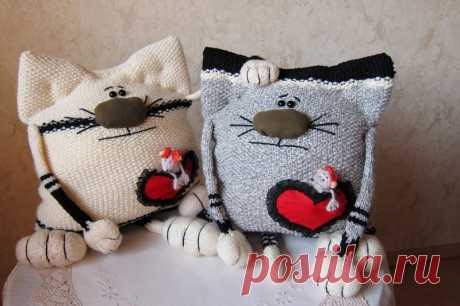 Вязаные спицами подушки-коты | Лаборатория домашнего хозяйства