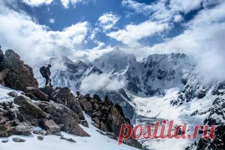 Иная перспектива Что привлекает меня в горах? Красота ландшафта, чистота воздуха, безлюдье или тот вызов, который горы бросают человеку, требуя от него выносливости и находчивости? Возможно, всё это, но и ещё кое-что. В долинах нас окружают плоды человеческого труда, а, следовательно, мы постоянно ощущаем величие человека. Горы создают иную перспективу: человек – это ничтожная крупица, подавленная гигантскими силами природы. Эту фотографию я сделала во время нашего эпического восхождения в…