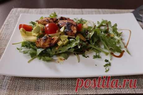 Соблазнительно аппетитный салат с манго, курицей и авокадо!