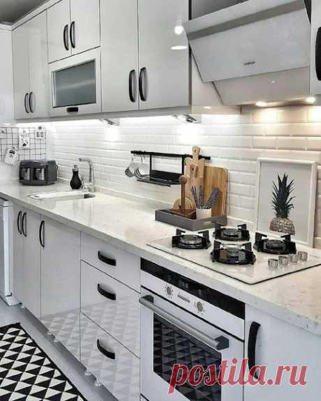 Небольшая светлая кухня с фартуком-баклажан
