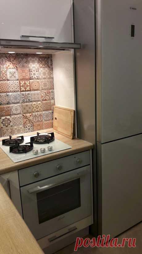 Разместили все что нужно. Кухня в хрущевке, 5.2 кв.м.. С холодильником и посудомойкой.   Хочу такой ремонт   Яндекс Дзен