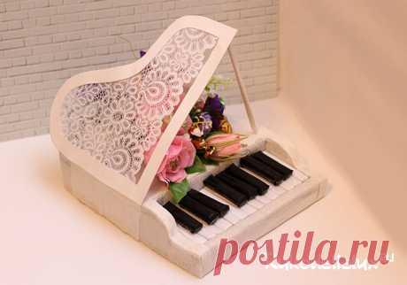В этом уроке я покажу как сделать рояль из конфет своими руками с пошаговыми фотографиями. Такой сладкий подарок придется по душе девушке, работающей учителем музыки.