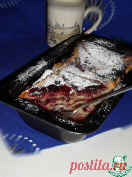 Хлебный пудинг с заварным кремом и черничным джемом.