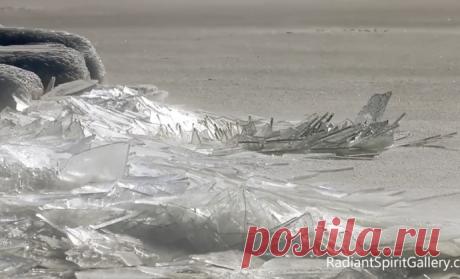 Видео снято на побережье озера Верхнее в Северной Америке 13 февраля — толщина льда здесь составляет от 0,6 до 7,6 см, а его звук очень схож со звуком бьющегося стекла.