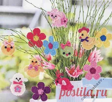 Декор на ветках| Сундучок-хомячок Свяжите крючком декоративные игрушки к пасхальным праздникам. Плоские овечки, куры, цыплята, зайцы и яркие цветы украшают композицию из ивовых прутьев.