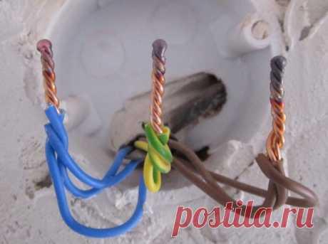Сварка проводов: почему не паяльником? Опытные электрики знают о том, что участок электропроводки, на котором провода скручены вместе (места скруток), начнет перегреваться либо вообще обгорать. […]
