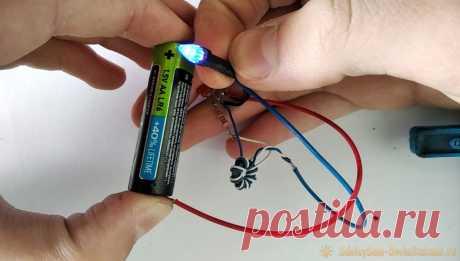 Преобразователь который заставит светится светодиод от одной батарейки Каждый электроник знает, что светодиод не станет светиться от напряжения ниже 2 В. С помощью этой простой схемы можно заставить светодиод светится от одной батарейки на одной батарейки напряжением 1,5 вольт.Материалы:Ферритовое кольцо.Проволока для намотки 0,3 ммТранзистор КТ315.Резистор 100