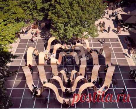 В центре самой крупной пешеходной зоны в Лондоне установили необычную скамейку (7 фото) . Тут забавно !!!