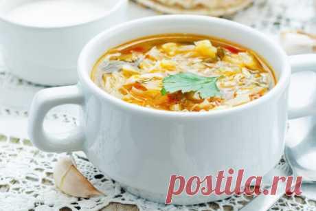 Куриный суп с капустой Ингредиенты:  2-3 куриных бедра 3 шт. картофеля 2 луковицы 1 болгарский перец 1 морковь 250 г капусты соль и перец по вкусу растительное масло 2 лавровых листа 1,5 л воды  Приготовление: Куриные бедра отвари до готовности в подсоленной воде с лавровым листом и луковицей. Затем бедра вы