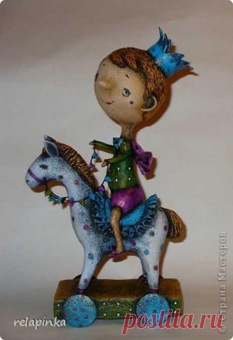 Принц на лошадке Принц на лошадкеПринц на лошадке это забавная интерьерная игрушка своими руками.Те, кто не дождался принца на белом коне в прошлом году, сделайте его своими руками в этом.