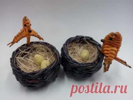 Птицы у гнезда из газетных трубочек