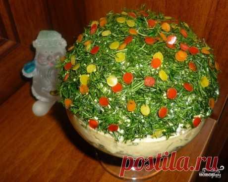 Новогодний салат с печенью трески.  =Ингредиенты:  Печень трески — 250 Грамм Свежий огурец — 1 Штука Яйца — 2 Штуки Свежая зелень — По вкусу Болгарский перец — 1 Штука (Красный или жёлтый.) Соль — По вкусу Майонез — 1-2 Ст. ложек