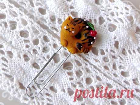 Подарок своими руками из полимерной глины: Закладка с кото-пончиком