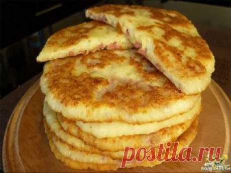Сырные лепешки на кефире: 15 минут — и вкуснейшее блюдо готово! Сырные лепешки на кефире — это невероятно вкусное блюдо, которое готовится очень быстро. Если ты не хочешь провести все праздники за готовкой у плиты, тебя выручит этот рецепт. Для их приготовления нужно немного продуктов, которые наверняка есть у тебя дома. Процесс приготовления сырных лепешек не займет более 15 минут. Они получаются сытными и румяными. Твои близкие уплетут их за обе щеки и попросят еще добав...