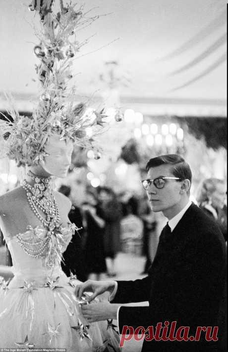 Ив Сен-Лоран во время своего дебютного показа для Dior.