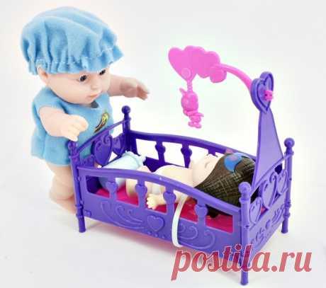 Пупс в наборе с кроваткой и младенцем для девочек от 3 до 7 лет. Отличный набор для развития ребенка и познавания окружающих людей. Игрушечный пупсик в голубой шапочке и распашонке станет хорошим подарком на Рождество или день рождения.