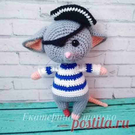 Мышонок Пират амигуруми. Схемы и описания для вязания игрушек крючком! Бесплатный мастер-класс от Екатерины Станько по вязанию мышонка пирата крючком. Высота вязаной игрушки примерно 14 см. Для изготовления такой мышки ав…