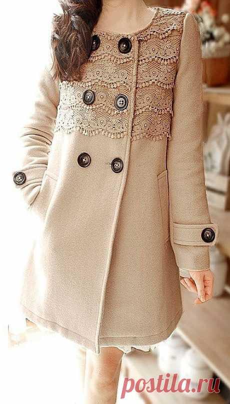 пальто, украшенное кружевом