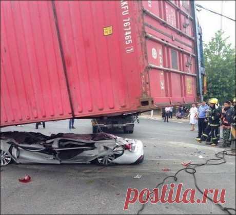 Чудесное спасение        На днях в одном провинциальном китайском городке с грузовика свалился контейнер. Прямо на проезжавшую рядом машину, расплющив ее в лепешку.Состояние автомобиля видно на фотографии. Находившиеся…