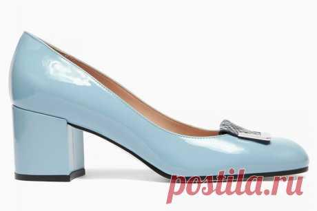 Туфли Pollini Сезон голых ног и долгих прогулок официально объявлен открытым, поэтому самое время начинать носить удобные и романтичные туфли на небольшом каблуке, в которых можно и до офиса добежать, и ходить целый день без риска получить травму. Небесно-голубые туфли Pollini могут стать идеальным вариантом: небольшой толстый каблук по-прежнему в фаворитах у модниц, а голубой — один из главных цветов этого весенне-летнего сезона.
