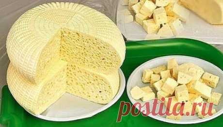 Готовим свой домашний сыр. Не хуже импортного!  Домашние сыры - 6 рецептов приготовления.  Ароматный домашний сыр  Ингредиенты:  1л кефира  1л молока  6 яиц  4 ч. ложки соли (или по вкусу)  1/3 ч. ложки красного острого перца  щепотка тмина  1 зубчик чеснока  небольшой пучок разной зелени: укроп, кинза, зелёный лук  Приготовление:  1. В кастрюлю вылить молоко и кефир, поставить на плиту. Не доводя до кипения, влить тонкой струйкой в горячую молочно-кефирную смесь слегка взбитые с солью яйца.