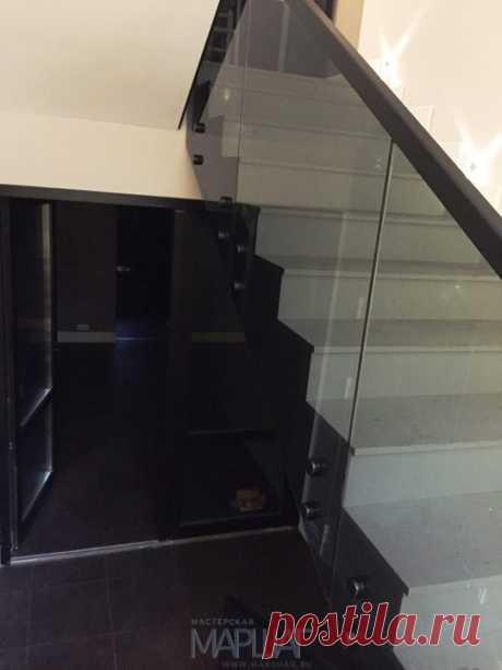 Изготовление лестниц, ограждений, перил Маршаг – Черная балюстрада из стекла установка